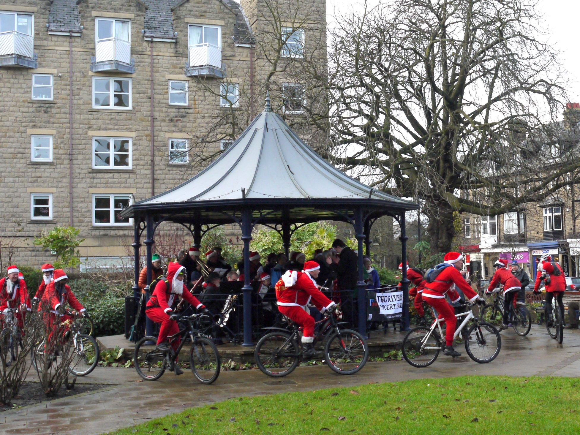 Cantores Olicanae carols on the bandstand 20Dec14-2