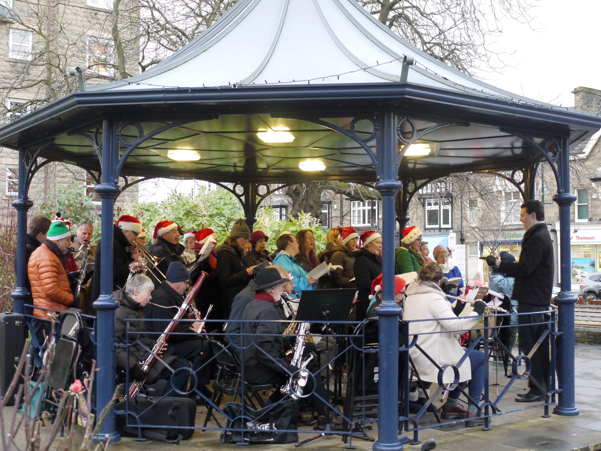 Cantores Olicanae carols on the bandstand 20Dec14-4